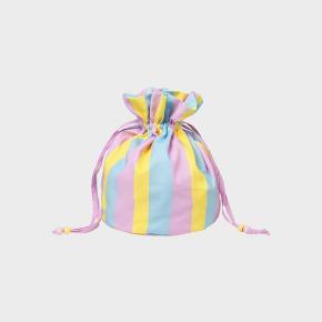Har denne mulepose som er udsolgt ellers.  Den er helt ny, stadig med prismærke (400 kr).  Den sælges for 200 kr. Det er min mindstepris. Jeg sender gerne, eller møder dig et sted mellem Ringsted og København.  Se evt link: https://www.dr-adams.dk/vare/23876-mads-noergaard-x-helmstedt-bag-3-stripes