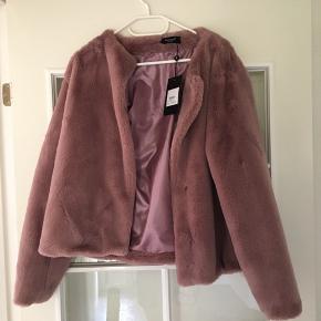 En rigtig flot jakke, som aldrig er brugt før - prismærke sidder stadig i jakken!  Kom endelig med et bud!