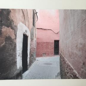 Plakat. Poster. Fotokunst.  Billedet er taget i Marrakesh.  Str A3 Fotograf/designer: www.slowmornings.dk Nypris: 450 kr. Som ny.