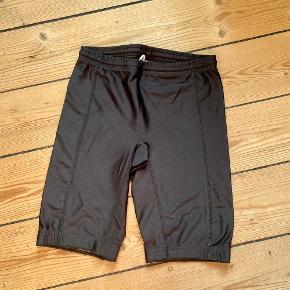 Nylon/lycra shorts. Gode som indershorts, løbeshorts eller bare til at have på som almindelige shorts, hvis man er til det :) Fitter Large