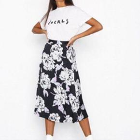 Helt ny gestuz nederdel str small / 36 Nederdelen har en skjult lynlås i siden  Den er lavet i 100% Viscose, som er let og åndbar.  Nypris 999,95