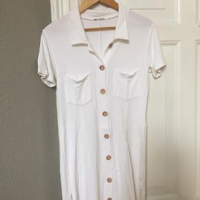 Skøn kjole sælges - Small.   Hentes i Aalborg eller sendes på købers regning og ansvar. (Dao)