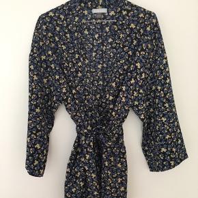 - super fin cardigan/kimono - aldrig brugt men mærke klippet ud