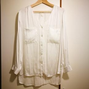 Fineste skjorte i silkelook fra H&Ms Conscious brand. Str. 40. Skjorten har kun været brugt en enkelt gang og fremstår derfor som ny.  Sender med DAO (38 kr).
