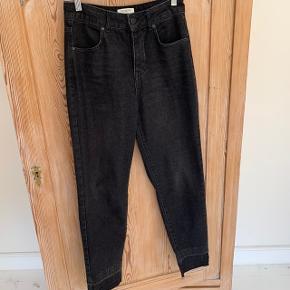 Jeans med mom fit fra Selected Femme i str. 26   Kun brugt få gange, så fremstår næsten som nye
