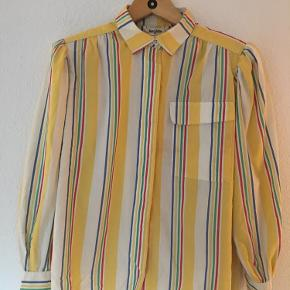 """Vintage stribet skjorte med pufærmer 🍭  Kan afhentes i København eller brug """"køb nu"""" funktionen ✌️  Se gerne mine andre annoncer 🌻"""