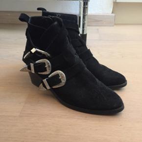 Toga pulla wannabe støvle. Den er brugt meget lidt men har fået en skræmme på venstre hæl, som det også kan ses på billederne. Ellers fejler de intet og har ruskindsoverflade, derfor ser de lidt støvet ud, men dette kan nemt tages med en klud. De står bare og samler støv så derfor sælges de også :)  Str. 37!
