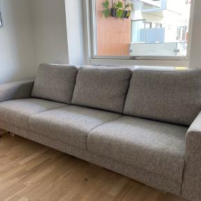 Pæn og velholdt 3 personers sofa. Nyprisen var 4000 kr. Måler 235 cm lang og 85 cm bred. Pris 1500 kr. men er åben for bud. Kan afhentes omkring 1. september.