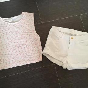 Monki + H&M Varetype: Super Fint Shortssæt Størrelse: S + 34 Farve: se billede Oprindelig købspris: 279 kr.  Super udsalg.... Jeg har ryddet ud i klædeskabet og fundet en masse flotte ting som sælges billigt, finder du flere ting, giver jeg gerne et godt tilbud..............   * Hvide H&M shorts str 34 * Top fra Monki str S  Sendes med Coolrunner Passer en pige på 12-13 år