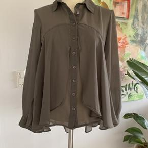 Flot grå skjorte fra Isay str. s. Skjorten har aldrig været brugt, stadig med mærkat på. Skjorten er meget flot på, den er længere bagpå end foran. Længde bagpå 72 cm. Fra ikke ryger hjem.