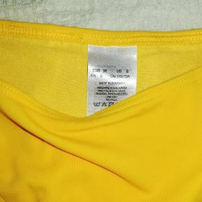 Flot ny gul bikini fra H&M i str 38 bestående af en trekants-bh med et tyndt udtagelig indlæg samt en thaitrusse.