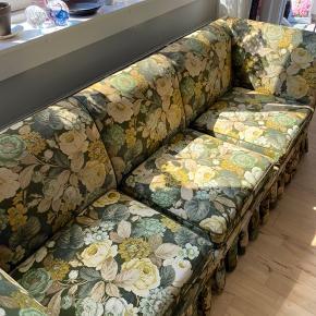 Den smukkeste Vintage sofa med blomsterprint.   Jeg har købt sofaen for et år siden i en Vintage butik, men jeg må desværre sælge den, da jeg flytter til et værelse.