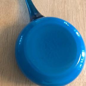 Smuk Holmegaard Sildeskål, . Design: Michael Bang, Fyens Glasværk, 1969, Fremstillet i Opalhvid glas med en smuk Ocean Blue glasur. Str. Ø: 12 uden hank x H: 5 cm.  Fin stand, ingen skår ell. revner, står som ny.