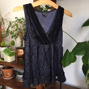 Smuk silke-top med sort lang bindebånd til rundt om livet