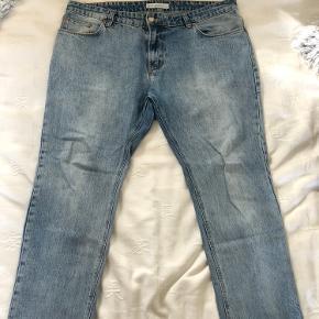 Lyseblå denim Just Junkies Jeans i størrelse 36. 100% cotton. Jeansene er med 'Cut-off' nede ved anklerne, så de er designet sådan, at de slutter et stykke over ens sko