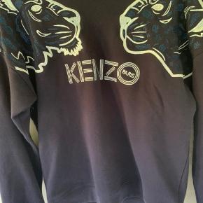 Hej, jeg sælger min blå sweater   Mærke: kenzo   Str: 14-16  Stand: jeg har kun haft den i et halvt år og har ikke gået med den særlig meget, den er blevet vasket meget få gange.  Nypris: 1600kr BYD