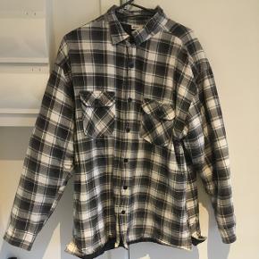 Arbejdsskjorte i god stand. 100% polyester