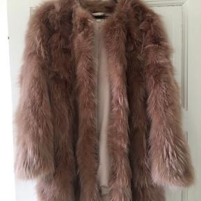 Brugt meget få gange. Skriv for ekstra billeder. Pelsjakke i 100% vaskebjørn i en flot pudder farve. Flotte diskrete lukninger, som er nemme, men skjulte i pelsen. Super varm. Jeg er villig til at forhandle om prisen.
