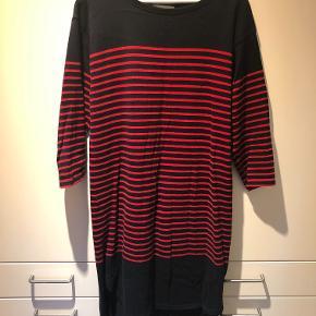 Stribet kjole i mørkeblå og rød. Brugt og vasket få gange. Fremstår som ny.