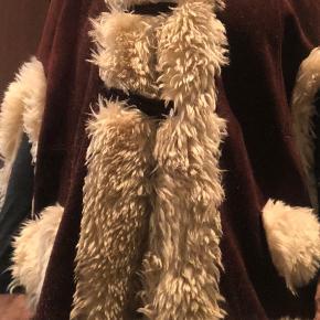 Lækker og varm kappe i ruskind. Pelskanten er ikke ægte pels.