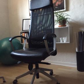 Markus kontorstol fra IKEA. Fejler intet! Sort imiteret læder.