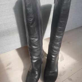 Lækre italienske læderstøvler i høj kvalitet  Meget lidt brugt   Nypris over 2000 kr  Hælen er 8 cm og skaftet er 36 cm  Støvlen er perfekt til dig med slank læg og feminin stil