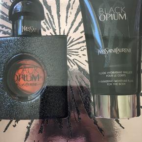 """Jeg sælger mit Yves Saint Laurent parfume sæt med """"shimmering moisture fluid"""" til kroppen, da jeg har alt for mange parfumer til at denne her skulle komme i brug for nylig. Kun låget har været taget af æsken, resten er stadig lukket med ubrudt tape. Jeg ved desværre ikke hvordan den dufter, men den kan findes i flere butikker - så kan man jo prøve den af der😉 nypris ligger på omkring 5-600 kr"""