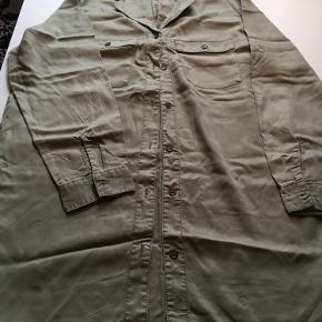Lang skjorte i lys armygrøn med fine brune knapper