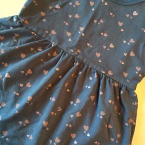 Fin lille kjole. Farven snyder på billede 2 - den har farven man ser på billede 1.