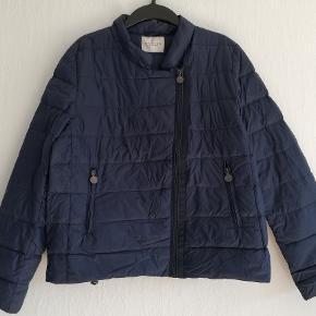 Rosemunde Dunjakke / overgangsjakke Str. 44 Brugt 1-gang Farve: Mørkeblå Bryst: 2x56 cm Hel længde: 61cm Indvendig ærmelængde: 48cm Liv: 2x54cm Ydre 100% Nylon Fyld: 90% dun, 10% fjer   Pris: 200,- (Nypris 600,-) Prisen er plus porto Sender med DAO