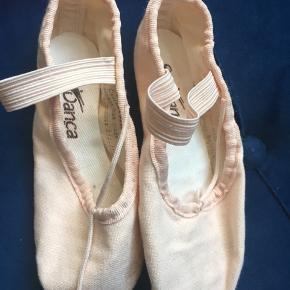 Balletsko til små piger, købt i specialiseret butik til Dance og balletudstyr. Brugt 2-3 gange, da min datter var ikke så glad for ballet;-)