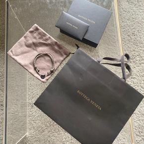 Sælger mit Bottega Veneta armbånd, købt i Cannes. Det står i god stand og alt OG medfører. Kan medsende transaktion fra butikken