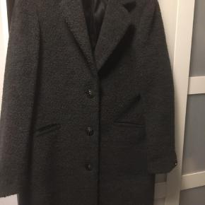 Helt vild lækker frakke i mørkegrå som er brugt meget få gange fra The lab, sælges fordi den ikke blir brugt nok...