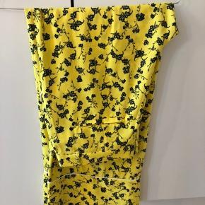 Jeg sælger disse super fine gule bukser fra Envii.  De er en str. M.  De er i meget god stand, da de ikke er brugt særlig meget!  Byd gerne.