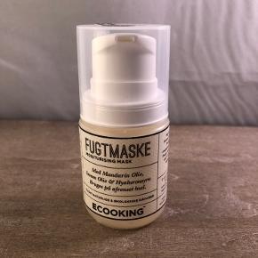 Ny og uåbnet  Ecooking Fugtmaske 50 ml  BESKRIVELSE Ecooking Fugtmaske er en lækker fugtgivende maske, som er velegnet til alle hudtyper. Den indeholder blandt andet naturlig hyaluronsyre, aloe vera, mandel olie og agurkevand som er med til at nære og fugte huden. Udover at give fugt til huden, virker Ecooking Fugtmaske desuden beroligende. Hvis man ikke er god til at få brugt en maske, kan den bruges natten over som natcreme - prøv det, og din hud vil elske dig for det!  Fordele Maske Fugtgivende og nærende Virker beroligende Kan bruges som natcreme  Anvendelse Bruges på afrenset hud Kom et tynd lag på hele ansigtet og halsen Lad den virke 10 minutter Vask masken af med vand Afslut med serum og creme