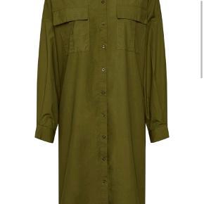 Str. 36. Oversize i modellen og kan også passe en 38.   Aldrig brugt.   Skjortekjolen hedder Stalia og er højaktuel i butikkerne lige nu til 995,-
