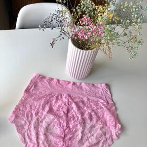 """Marie Jo """"Trusser m. blonder"""" str. 42 i farven lily rose. Materiale: 82% polyester, 14% elastan, 4% bomuld - aldrig brugt prismærke sidder stadig på æsken 🦩 Nypris: 319 kr.   Byd gerne kan enten afhentes i Århus C eller sendes på købers regning 📮✉️"""
