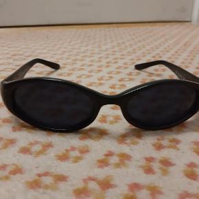 Flotte briller sælges billigt. Forsendelse med postnord koster 10 kr. Mvh Sidra