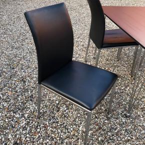 Spisebordet er fra jysk og måler 120x75cm. Købt i 2017 for 899kr.  Stolene har lidt brugsspor. Kostede 1300kr pr stol fra ny.   Samlet pris for bord og stole er 900kr.
