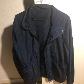 Mårkeblå forårs/efterårs jakke i størrelse L. Som anvist på billede er der en plet på indersiden af kraven (kan måske vaskes af?)