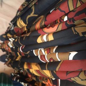 Vildt fin vintage nederdel - kan passe flere størrelser grundet elastik i taljen - ses her på str. M