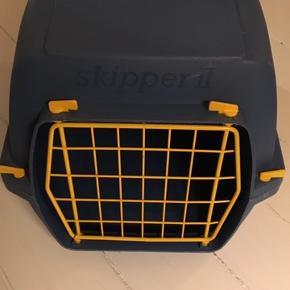 Brugt en enkelt gang på en køretur. Dyretransportkasse af mærket Marchioro. Mål: 54x34 og 34 cm høj. Tæppe følger med så dit kæledyr ligger blødt og lækkert.