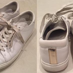 Brand: Kenneth Cole Varetype: New York KAM sneakers Farve: Hvid Oprindelig købspris: 1035 kr.  Prisen angivet er inklusiv forsendelse.  Er kun brugt 4-5 gange.  Kan eventuelt afhentes i København (i Studiestræde) eller i Køge efter aftale.  Jeg bytter ikke.