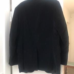 Pæn sort habitjakke i fløjl med to knapper (kan virke lidt stor i størrelsen) fra Finsley og Harding. Uden slitage og intakt i foer og stof. Fra røg og dyrefrit hjem Helst afhentning.