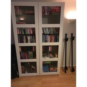 Vitrine/bogreol fra Ikea sælges. Skabet er i fin stand. Vitrineskabet indeholder både træ og glas hylder, som kan flyttes.