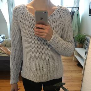 Fin lyseblå sweater fra Designers Remix i str. S (passes også af xs).