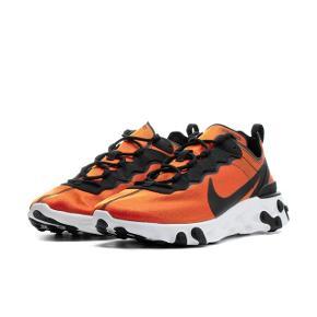 Så fede Nike React Element 55. De er i en flot orange farve og når sol eller lys rammer den, skinner de guld. Virkelig fede! Brugt 3 gange, så næsten som nye. Størrelsen er 37,5 men svarer til 36,5