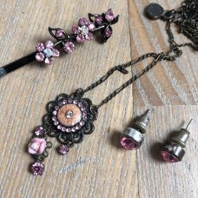 Øreringe i lyserød fra Pilgrim og spænde og halskæde der passer til men som ikke er fra Pilgrim. Fint sær sælges samlet til 25 kr Mængderabat gives og sender med dao