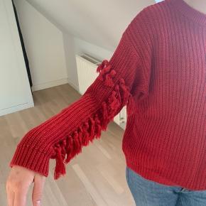 Fin rød sweater med fede detaljer på ærmerne i str. 170 15-16 år. Så vil menne det svarer til en str. 36. Fra mærket LMTD. ✨🌈