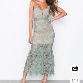 Smuk blonde kjole fra Love Triangle i lys grøn, str M. Brugt én gang til bryllup. Står som ny.  Nypris 649 kr.